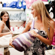 Beautiful shopping girls — Stockfoto