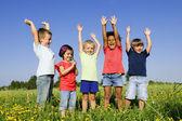 Groupe multi-ethnique de l'enfant à l'extérieur — Photo