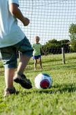 Barn spelar fotboll — Stockfoto
