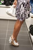 Shopping-tjej på tå — Stockfoto