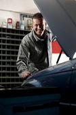 Mechaniker bei der arbeit — Stockfoto