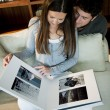 Couple looking at their wedding pictures — Stockfoto