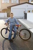 Piccolo ragazzo con la bicicletta — Foto Stock