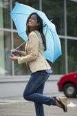 şemsiye ile güzel bir kadın — Stok fotoğraf
