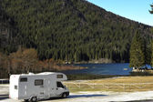Rv stationné au bord du lac — Photo