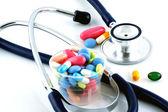 Tabletten en een stethoscoop — Stockfoto