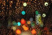 Rozmazane światła drogowe i krople deszczu — Zdjęcie stockowe