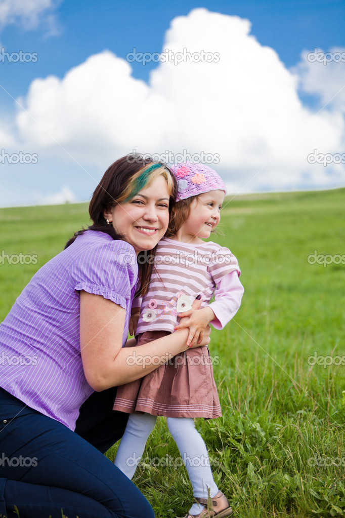 Portrait of a mother and daughter enjoying a day outdoors — Stock Photo #3654034
