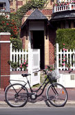 Bicycle in fron of a house — ストック写真