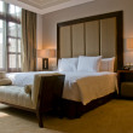 Bedroom of a elegant 5 star luxury hotel — Stock Photo