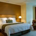 cama King size y cuarto de baño de una suite cinco estrellas — Foto de Stock