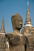 Stupa (chedi) of a Wat in Ayutthaya, Thailand, with Buddha staue — Foto Stock