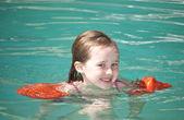 Genç kız Yüzme — Stok fotoğraf