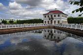 Dom piotra wielkiego w pobliżu jeziora — Zdjęcie stockowe