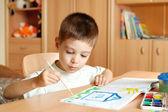 Enfant dessine peint dans la chambre d'enfant — Photo