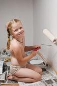 Девочка маляр с косичками в трусиках держит валик и улыбаетс — Stock Photo