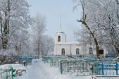 White church on a cemetery. An orthodox female monastery — Stock Photo