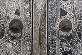 本机的泰式风格木雕门上 — 图库照片