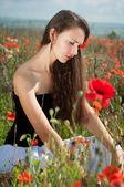 罂粟花的女孩 — 图库照片