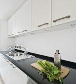 σύγχρονη λευκό κουζίνα — Φωτογραφία Αρχείου