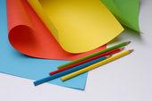 Folhas de cor e lápis de cor — Fotografia Stock
