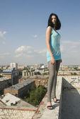Junge Frau auf Dach — Stockfoto