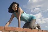 屋顶上的年轻女子 — 图库照片