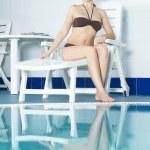 chica junto a la piscina — Foto de Stock