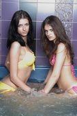 Niñas en la bañera de hidromasaje — Foto de Stock