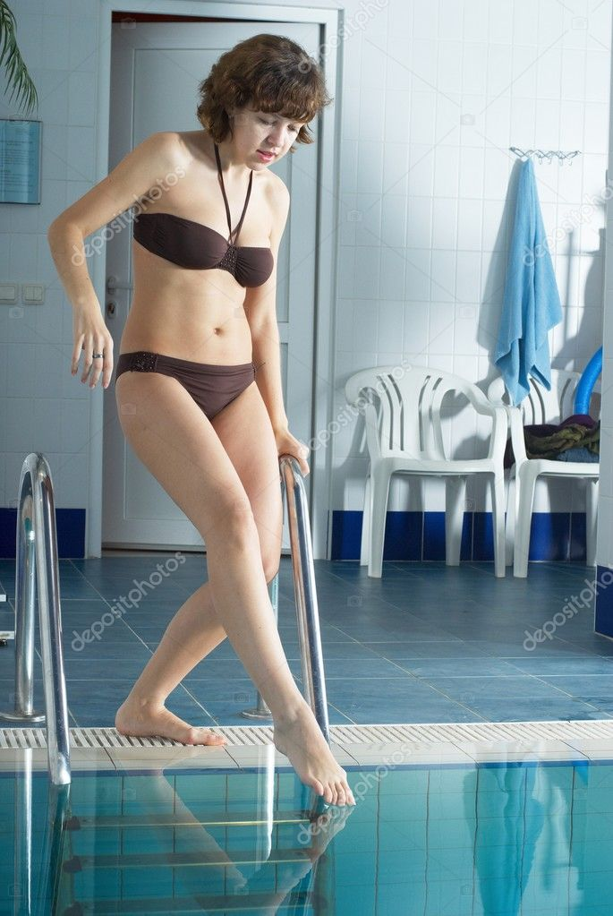Young woman in fitness center near pool — Stock Photo #3900094
