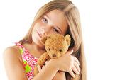 Piccola ragazza abbracciarsi orsetto — Foto Stock