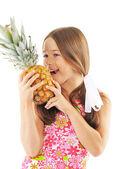 Helles bild mädchen mit ananas auf weißen tergru isoliert — Stockfoto