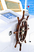 The wood steering wheel of a captain's bridge on the yacht — Stock Photo