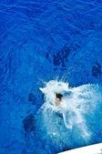 Osoba nurkowania w morzu z pokładzie jachtu — Zdjęcie stockowe