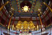 čínské zlaté sochy buddhy v široký úhel — Stock fotografie