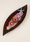 Três velas coloridas na bandeja de folha de madeira — Fotografia Stock