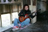 Mädchen mit gitarre in eine verlassene fabrik — Stockfoto