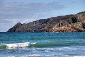 Vagues déferlant sur les rochers gallois littoral — Photo
