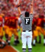 Giudice di campo con le mani in alto nel gioco del calcio americano — Foto Stock