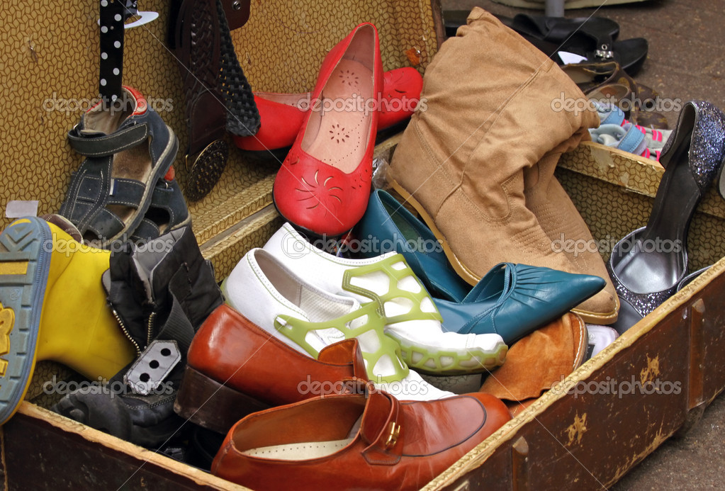 Suitcase full of old worn out shoes at flea market — Stock Photo #3903165