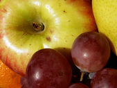 äpfel und trauben — Stockfoto