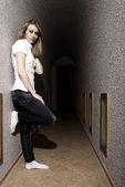 Ung flicka poserar i korridoren — Stockfoto