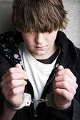 Nastolatek przestępczości - dziecko w kajdankach — Zdjęcie stockowe