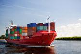Container vrachtschip op rivier — Stockfoto