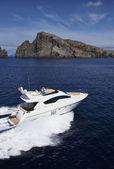 Italia, sicilia, isola di panarea, yacht di lusso, veduta aerea — Foto Stock