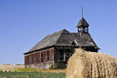 Vieja iglesia en un campo — Foto de Stock