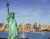 Por la tarde captura vibrante del midtown de nueva york sobre hudson — Foto de Stock