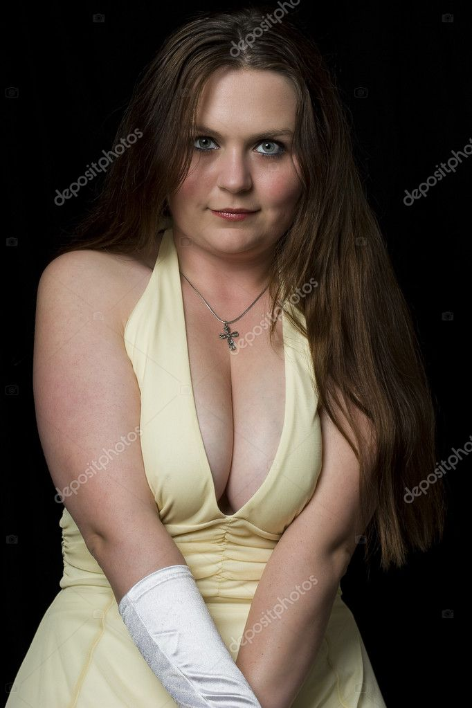 Prom queedn in yellow evening dress with v shape cleavage line — Stock Photo #4341899