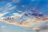 Kupovité mraky na pozadí nebe