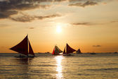Barche a vela contro il bel tramonto nelle Filippine boracay